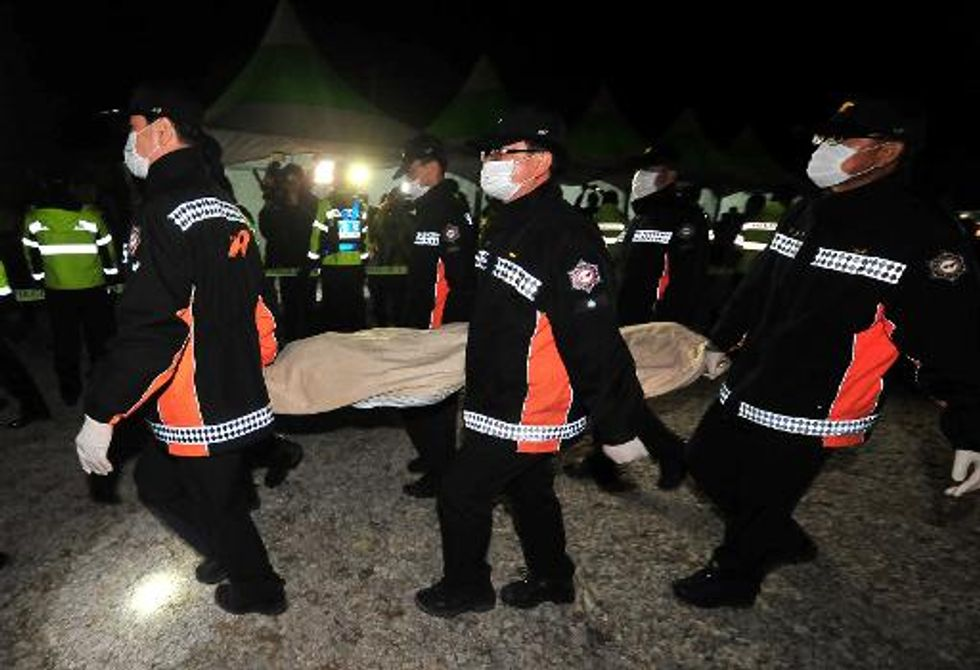 Divers pull first bodies from submerged South Korean ferry