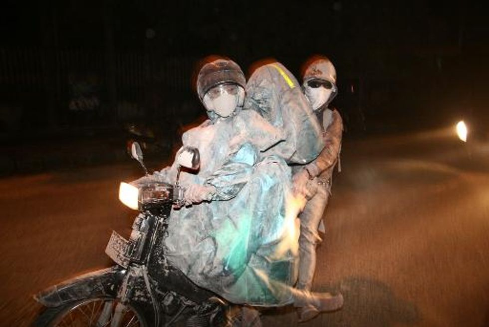 Three dead, 200,000 told to evacuate as Indonesian volcano erupts