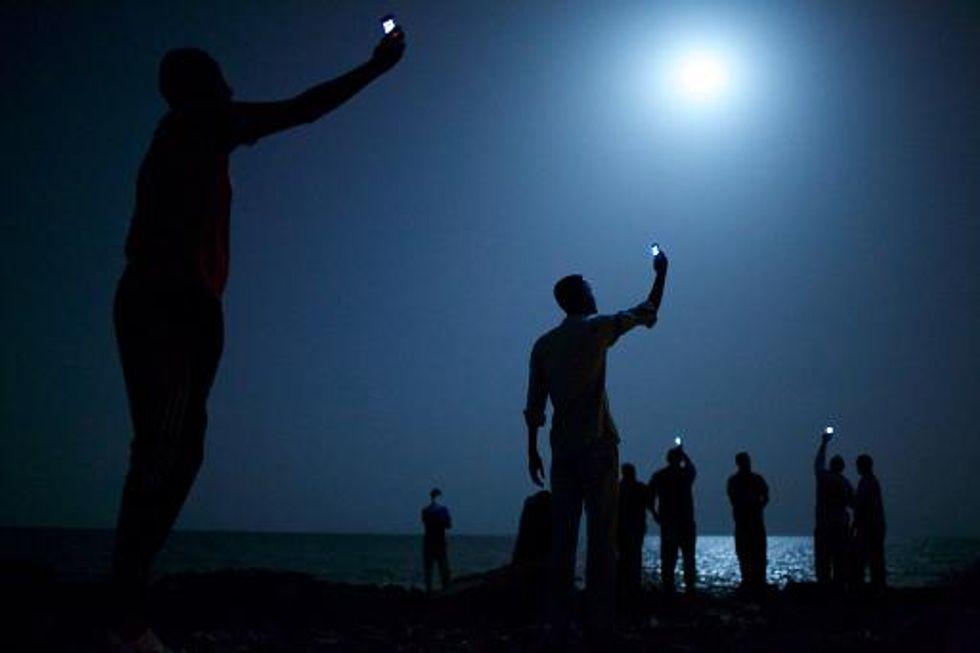 Moonlit African migrants image wins World Press Photo