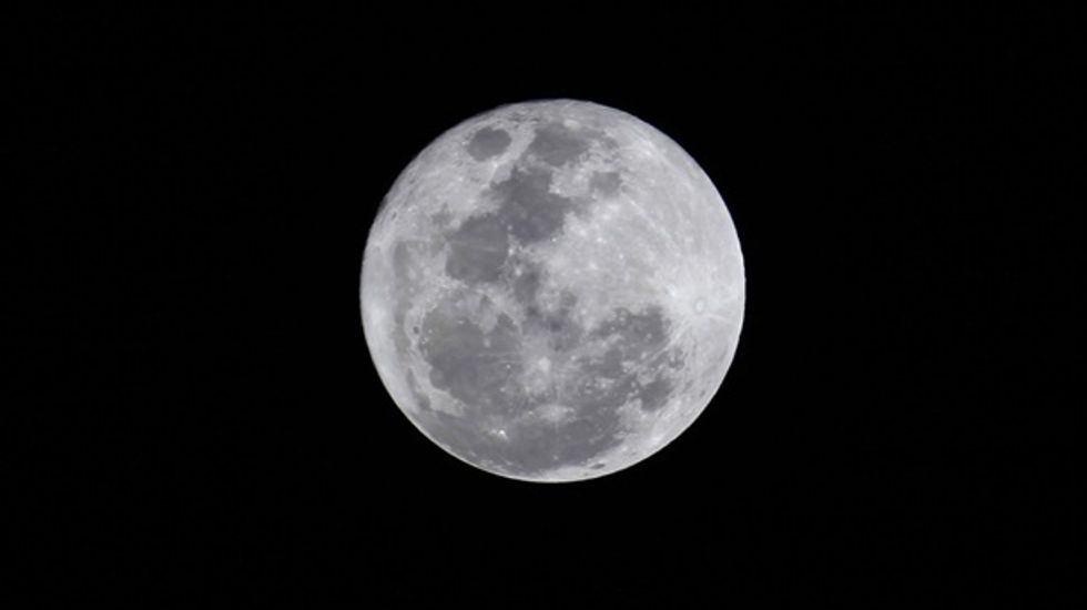 New 'geologic clock' resets date for moon's formation