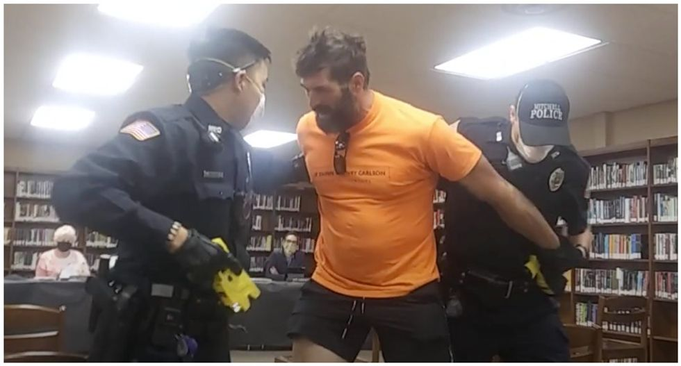 WATCH: Anti-masker fights with cops as they forcibly remove him from school board meeting