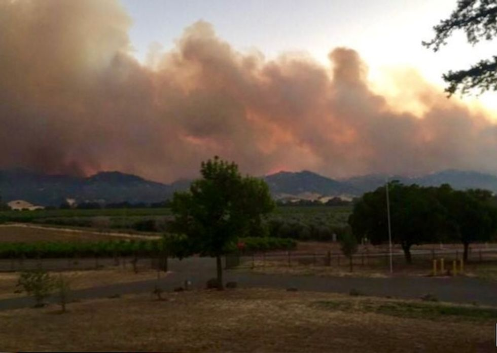 North California wildfire unchecked, threatens hundreds of homes
