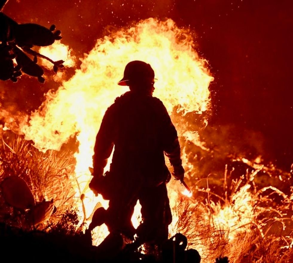 More than 1,000 firefighters battle California inferno