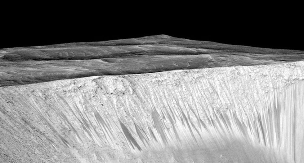 Streaks of salt on Mars (NASA/JPL/University of Arizona)
