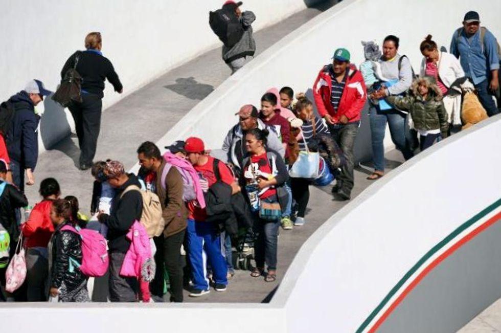 Last big group of caravan asylum seekers cross into US