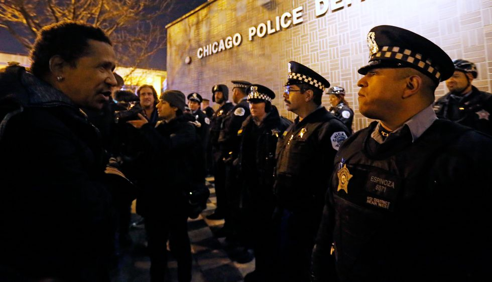 Chicago police arrest more than 100 in gang raids as violence continues