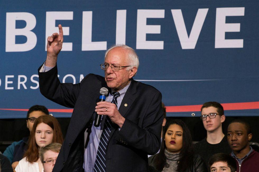 On eve of Iowa caucus, Bernie Sanders under fire for anti-Obama book blurb