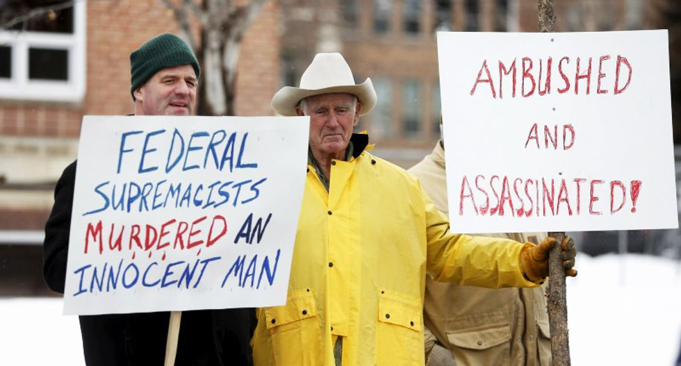 FBI negotiating with Oregon militant hold-outs as supporters hold Saturday night rally