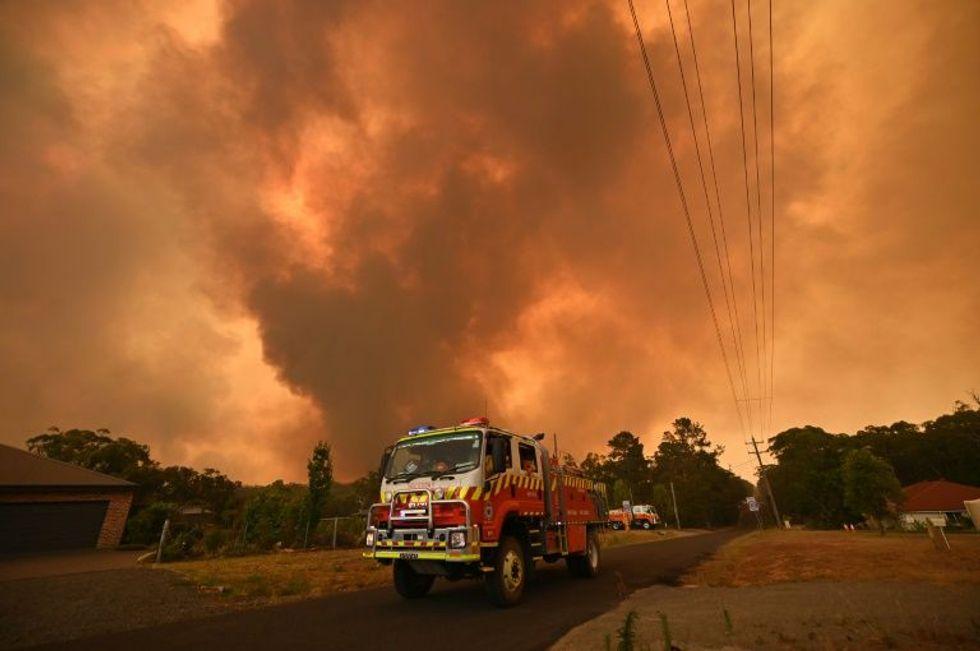 Tourists at risk as heatwave fuels Australia's immense bushfires