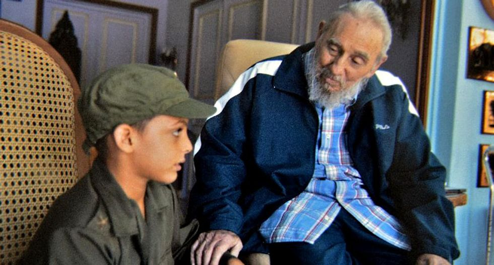 Fidel Castro seen meeting cheese experts in rare public outing