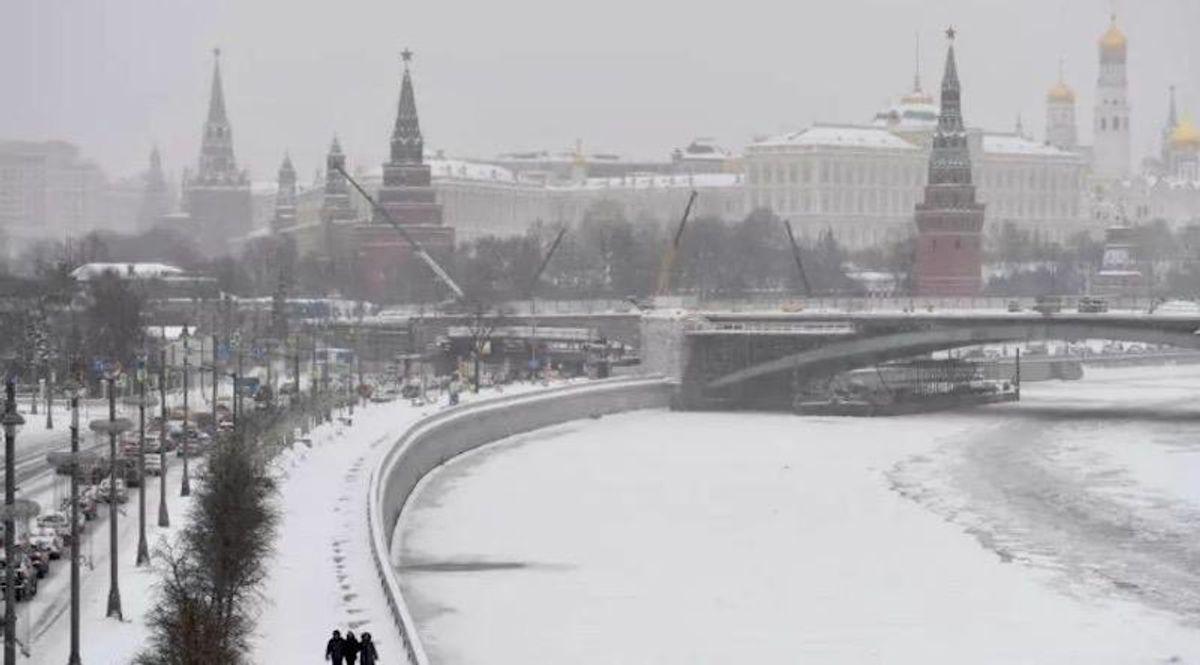 'Snow apocalypse' batters Moscow