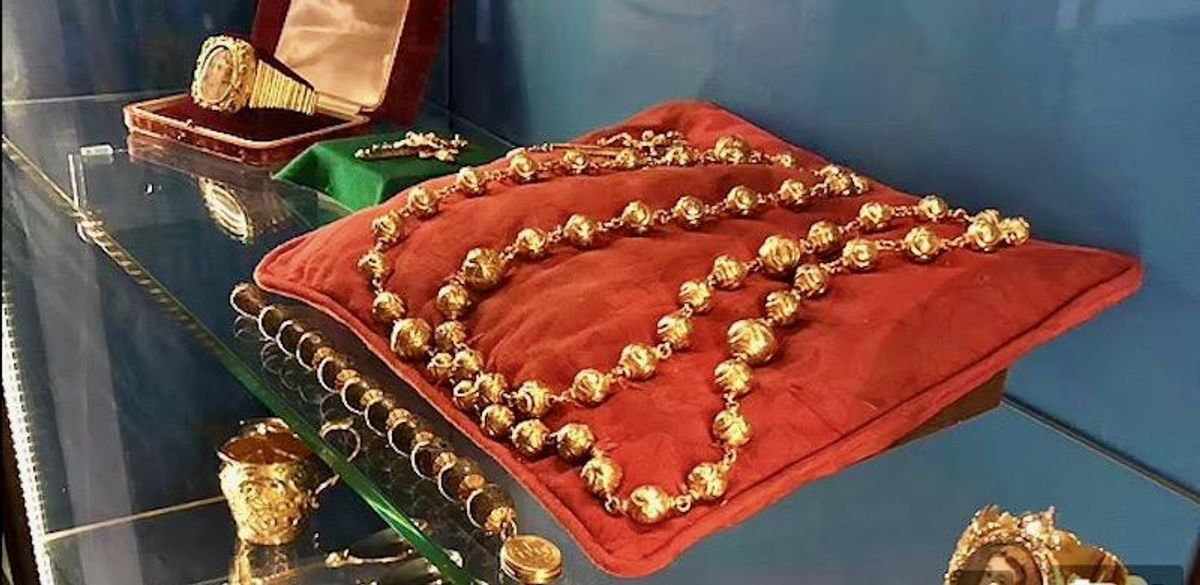 Mary Queen of Scots' gold rosary beads stolen in castle raid