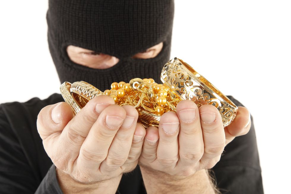 N.Y. jewelry robber ties up worker and flees with $54,000 in jewelry
