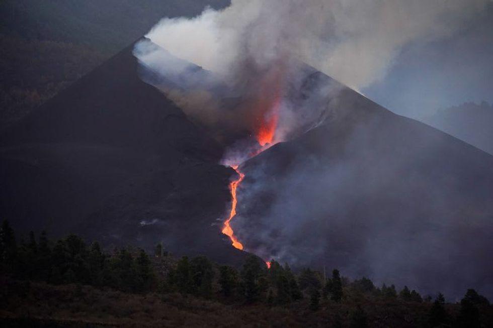 Lava blocks the size of buildings falling from La Palma volcano