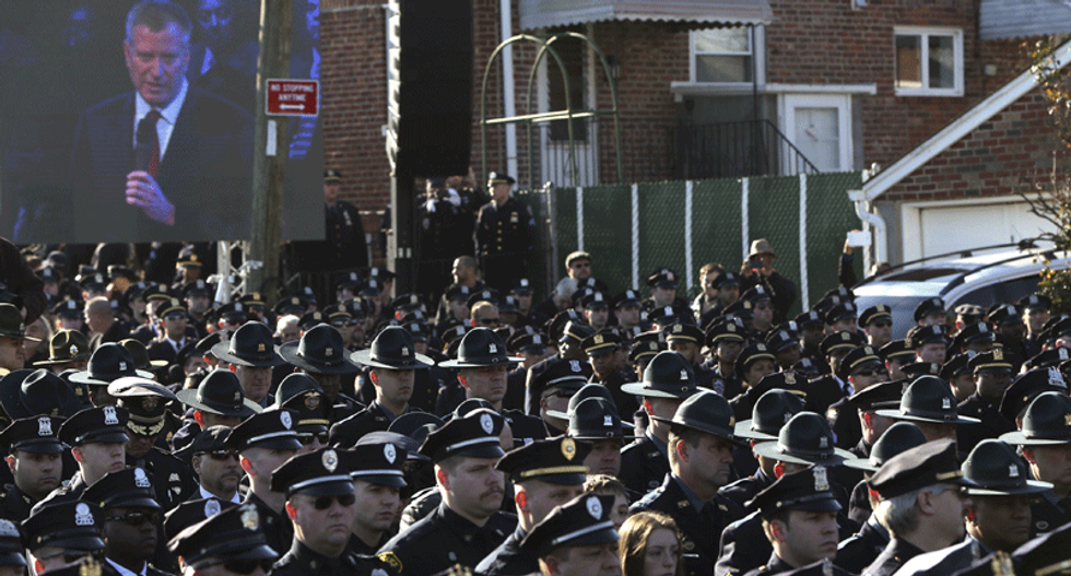 Hundreds of NYPD officers turn backs on de Blasio during funeral address